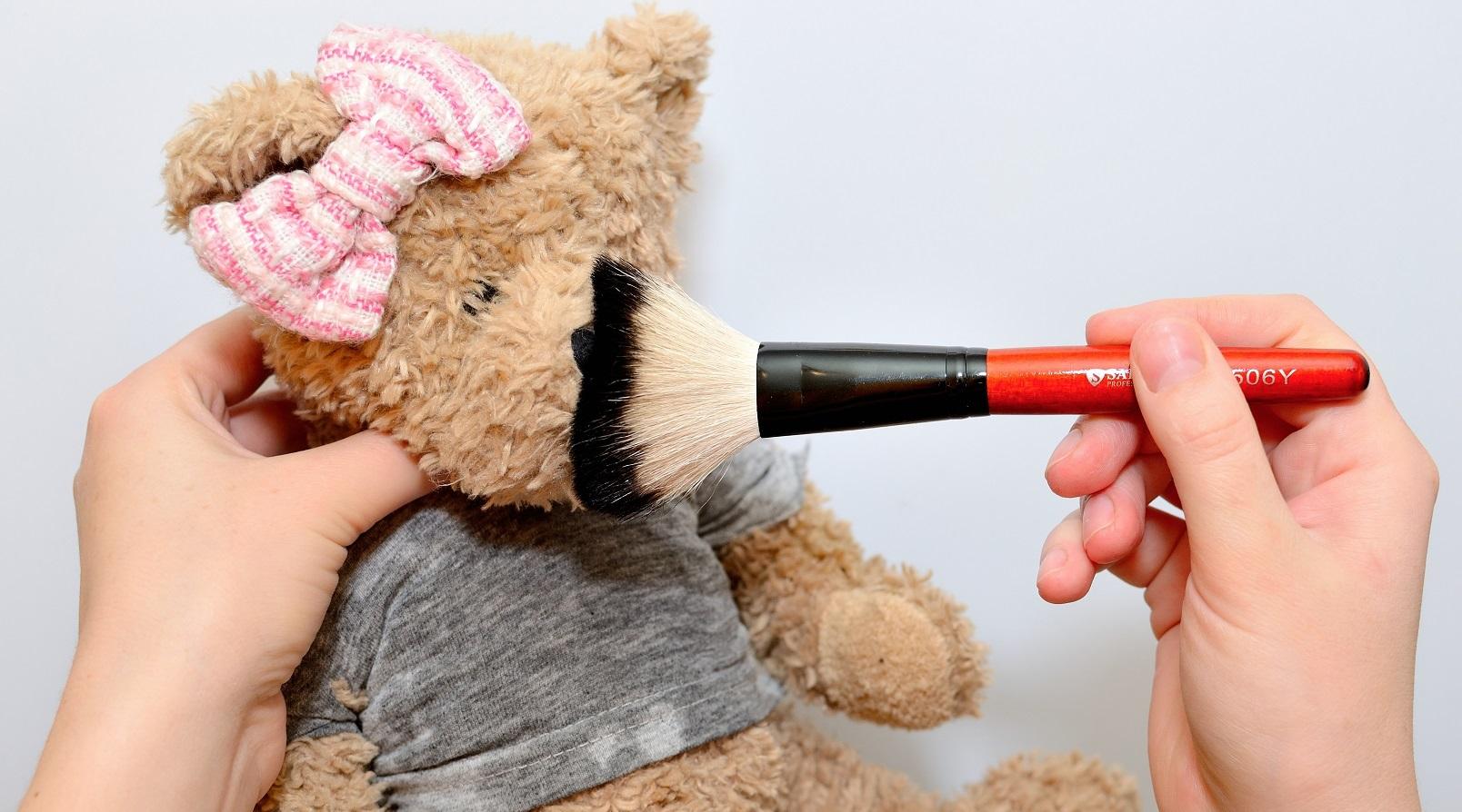 чистка медведя щеточкой