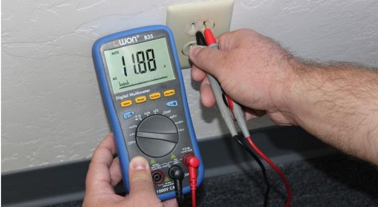 измерьте напряжение бытовой электросети