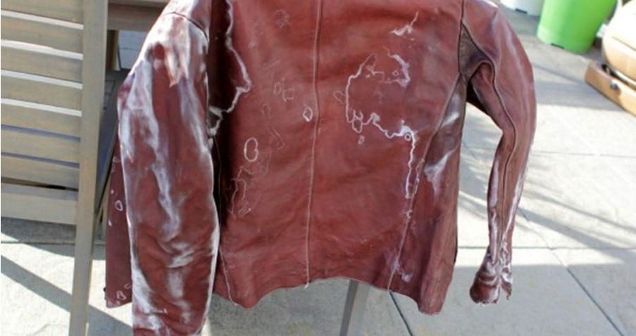 обрабатываем куртку мыльной губкой