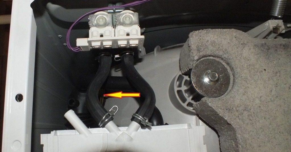 проверьте патрубки впускного клапана