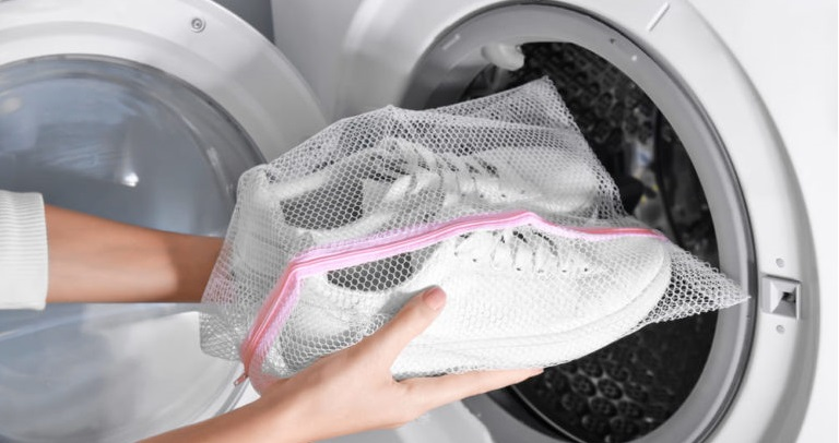 стирать кроссовки лучше в мешке
