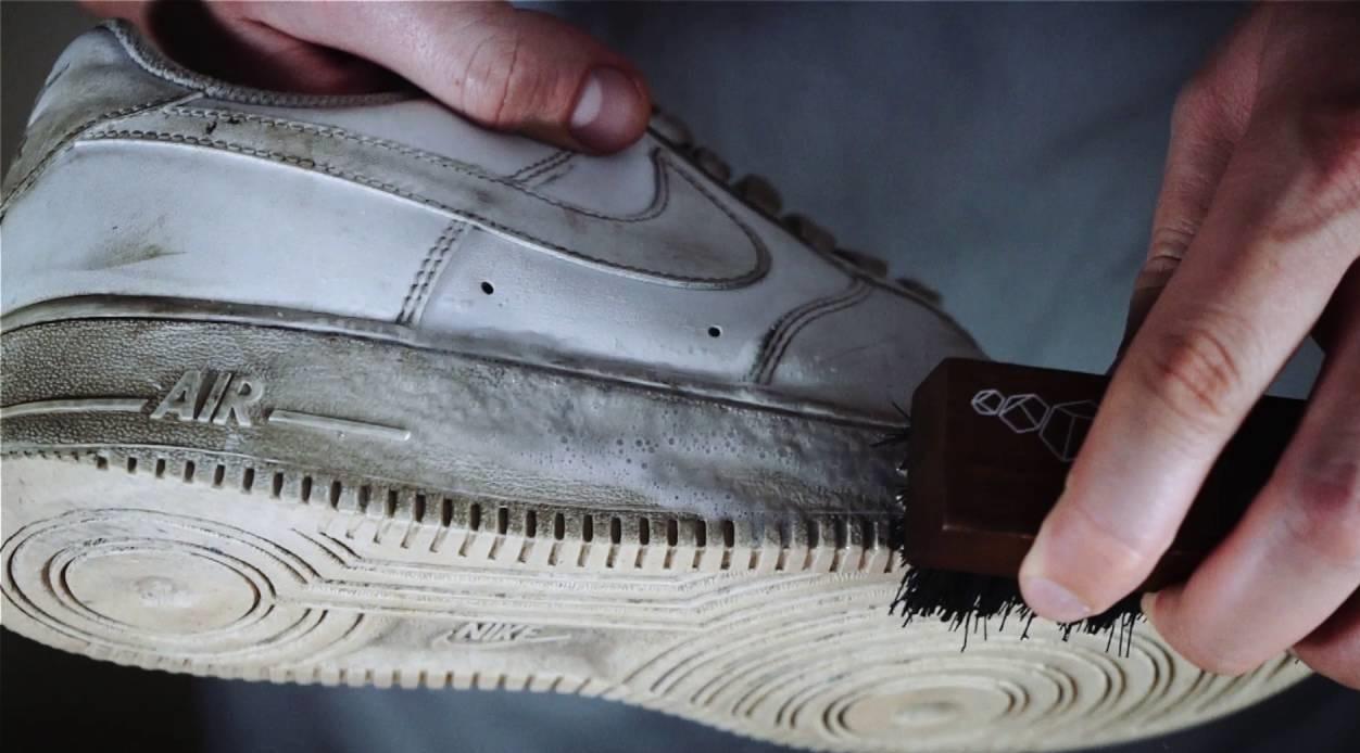 очищаем подошву кроссовок