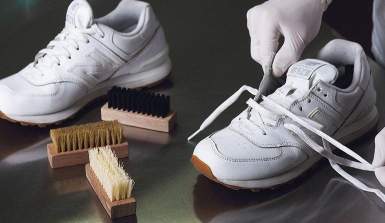 уход за обувью вручную