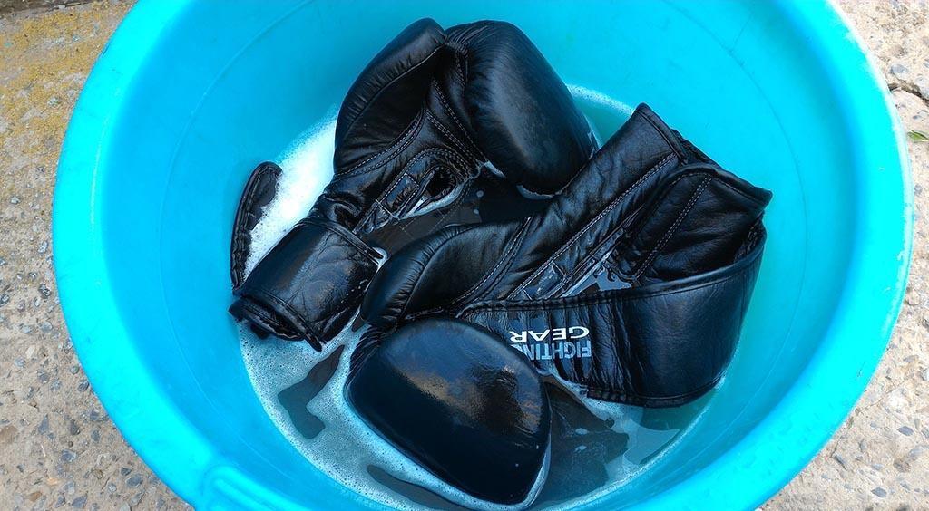 замачивайте перчатки в холодной воде