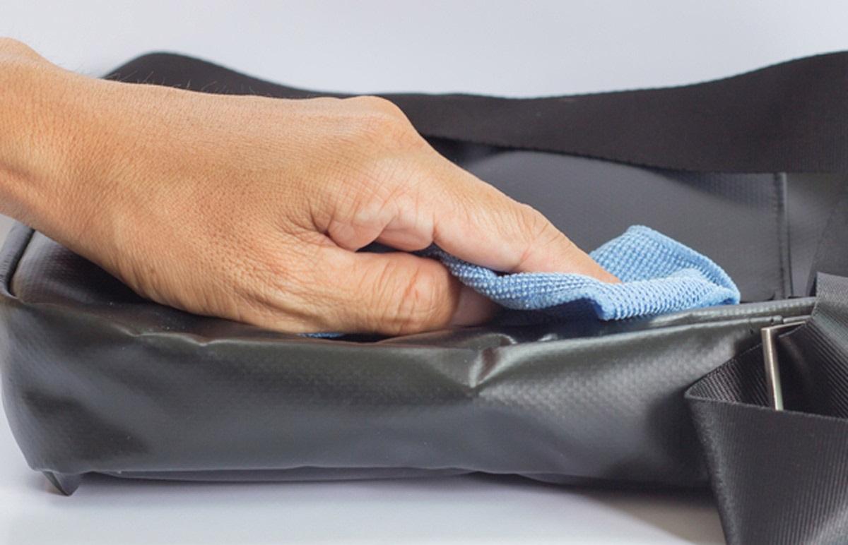 очищаем сумку из кожзама традиционно