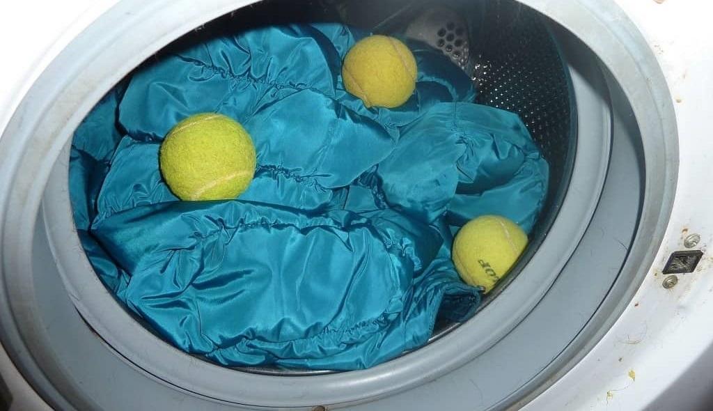 поместите пуховик в барабан стиральной машины Бош