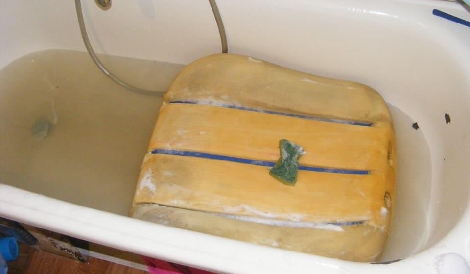 стираем поролон в ванне