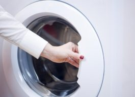Как открыть дверцу стиральной машины Electrolux?