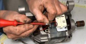 процесс замены щеток на двигателе Электролюкс