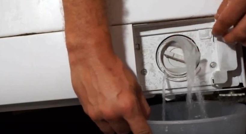 сливаем воду через слегка приоткрытый мусорный фильтр
