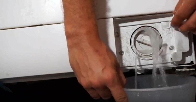 сливаем воду через фильтр
