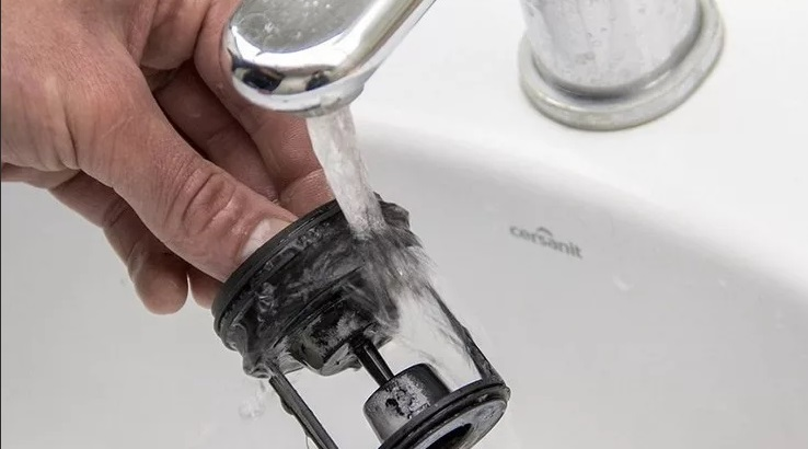 промываем фильтр под проточной водой