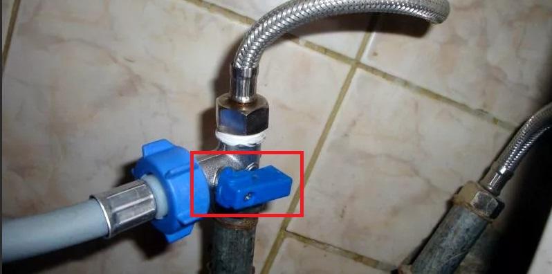 не перекрыта ли подача воды в машинку