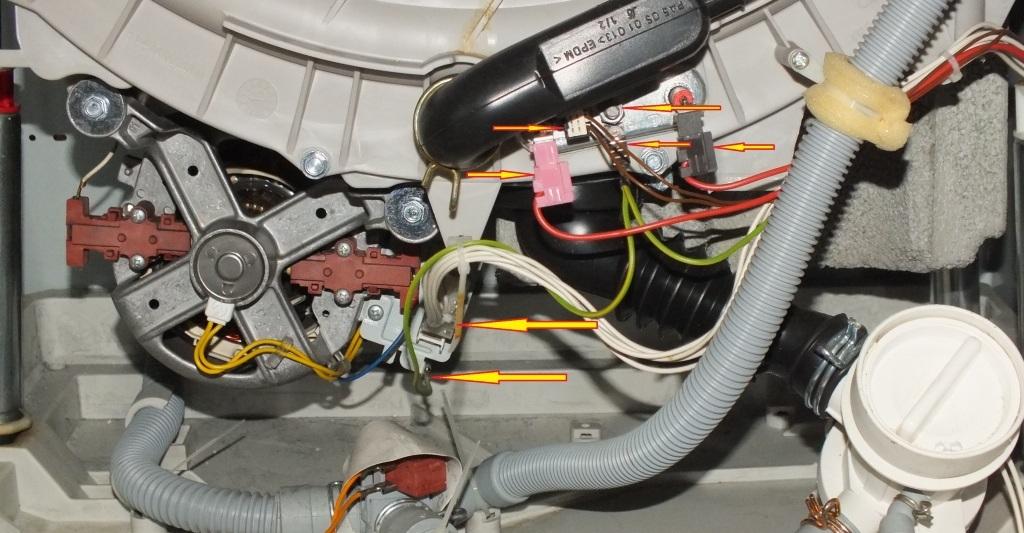 снимаем проводку с двигателя ослабляем винты