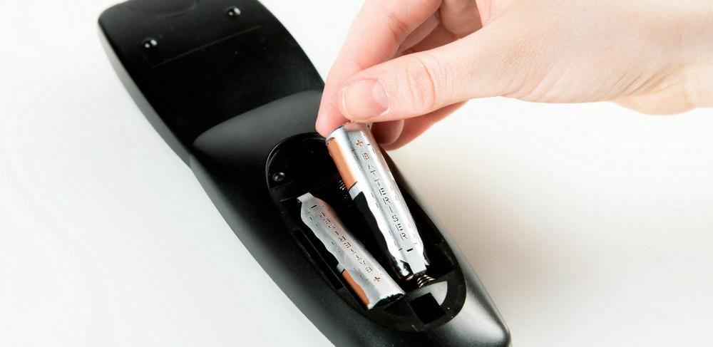 выньте батарейки из пульта