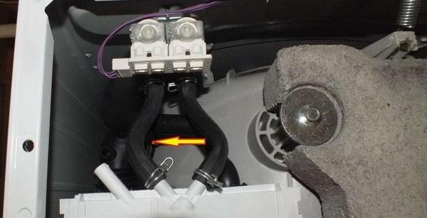 патрубки, соединяющие клапан и диспенсер