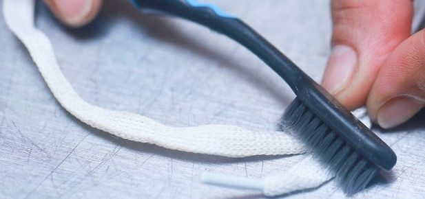 чистка шнурков щеткой