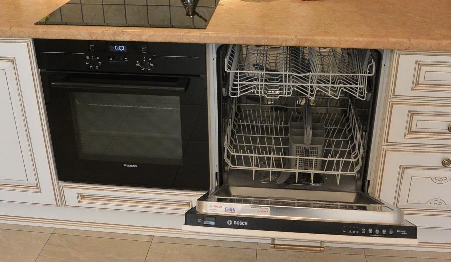 между плитой и посудомойкой зазор
