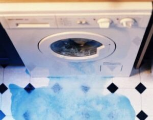 Из стиральной машины вытекает вода при стирке