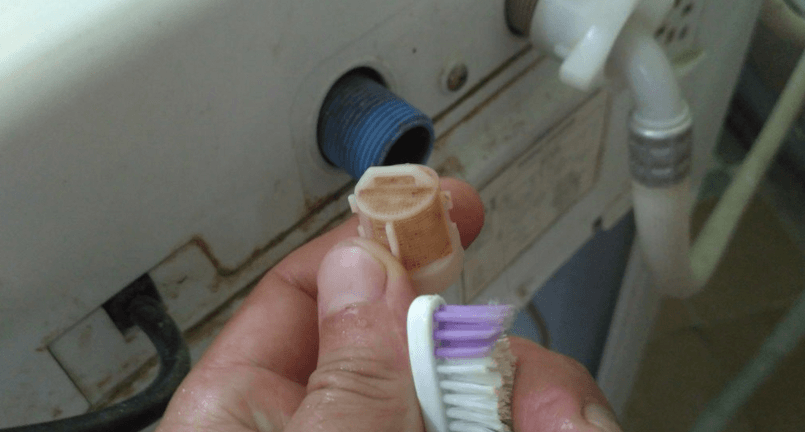 тщательно очищаем сеточку фильтр