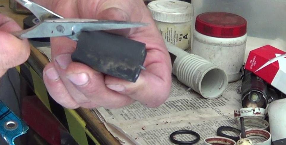 вырезаем кусок резины