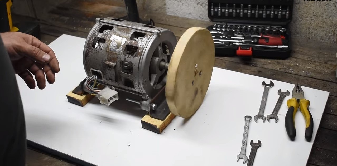 крепим мотор к уголкам и ставим диск