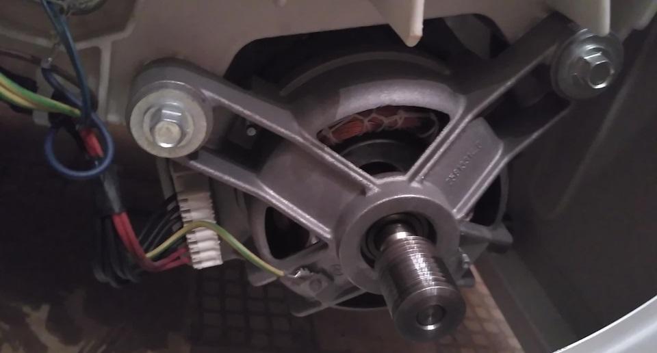 откручиваем винты и снимаем двигатель