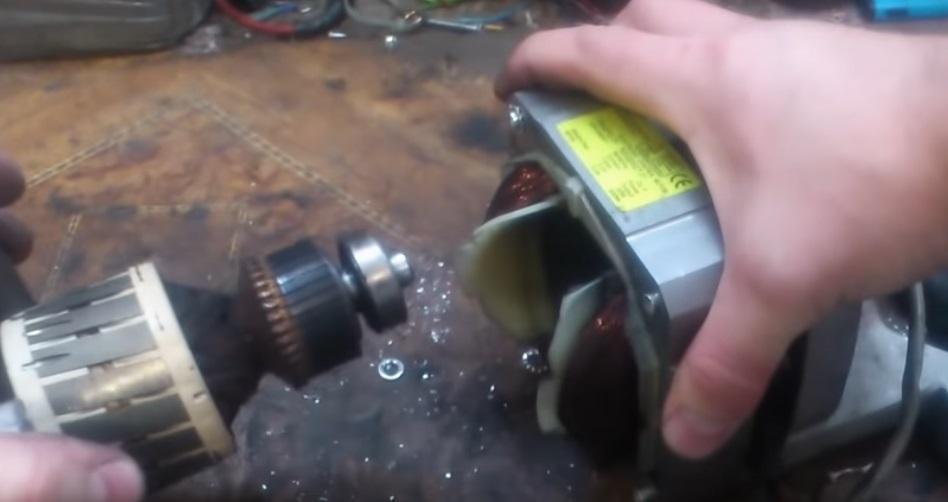 убираем клепки и разъединяем двигатель