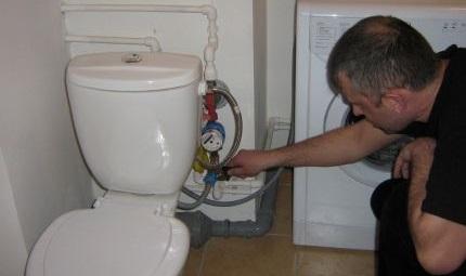 подключаем СМ к воде в туалете