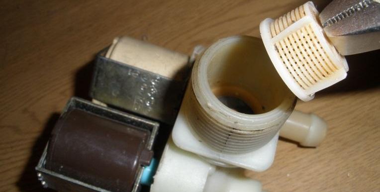 почистите сеточку впускного клапана