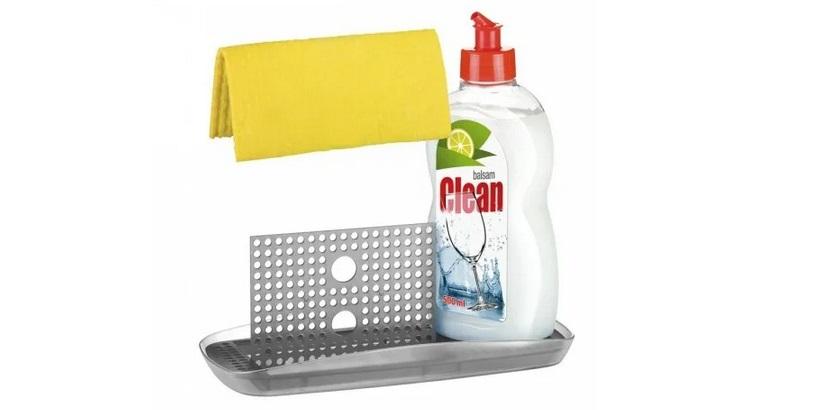 средство для мытья посуды и тряпка