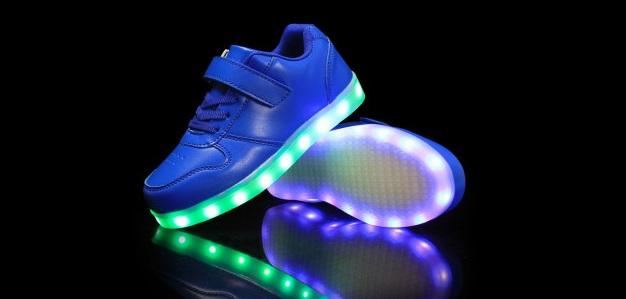 светящиеся кроссовки напичканы светодиодами