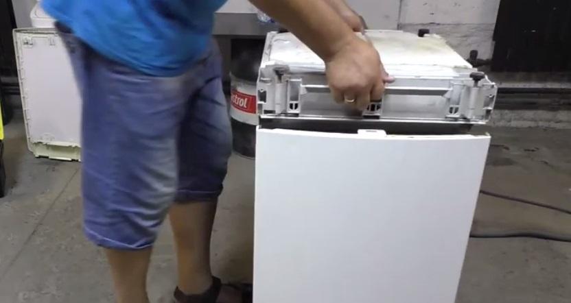переворачиваем посудомойку к верху дном