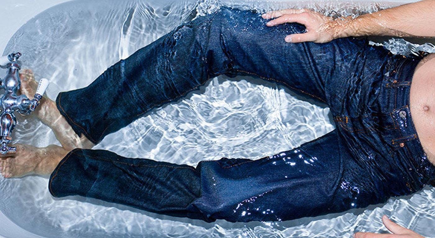 в ванной в джинсах