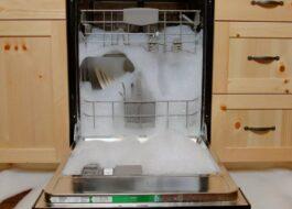 Почему течет пена из посудомоечной машины?